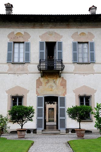 Villa della Porta Bozzolo Casalzuigno, Varese. These window frames could be architectural....or they could be painted!