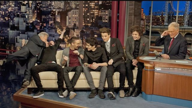 Does anyone remember when Dustin hofman 'kissed' Niall (he has his hand over his mouth btw for y'all who didn't know)
