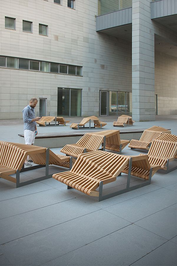 Fun lines in an outdoor setting (uiliuili Bench by Piotr Zuraw)