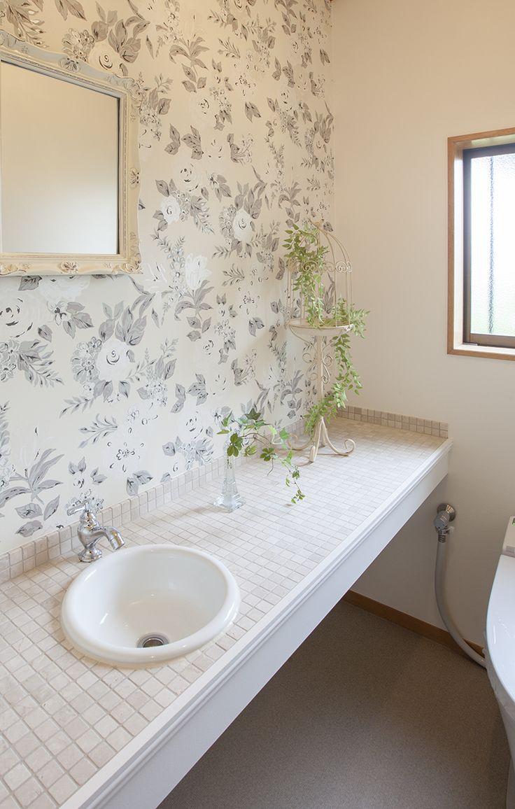 壁面に、シックな花柄のアクセントクロスを張ったサニタリー。|リフォーム|おしゃれ|インテリア|タイル|手洗い|かわいい|