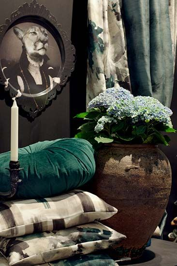 Grön, rund kudde i sammet. Finns på Victoria Home