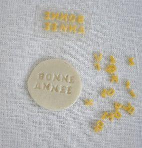 Meilleurs vœux 2015!! En guise de porte-clé ou en déco,je fabrique des médaillons porte bonheur à offrir à ceux qu'on aime… Il vous faut de la pâte We Pam autodurcissante blanc nacré, un emporte-pièce, des pâtes alimentaires alphabet, de la dentelle,...