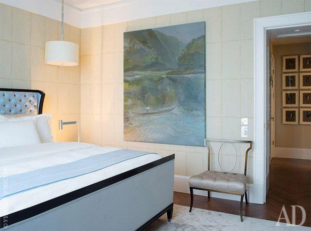Спальня. Кровать, Lewis Mittman; кресло, Schumacher; обои, Nobilis; люстра, Delisle. На стене — картина художника Евгения Дедова.