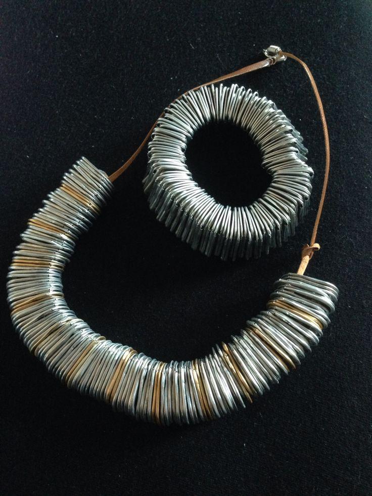 Armband en ketting van lipjes