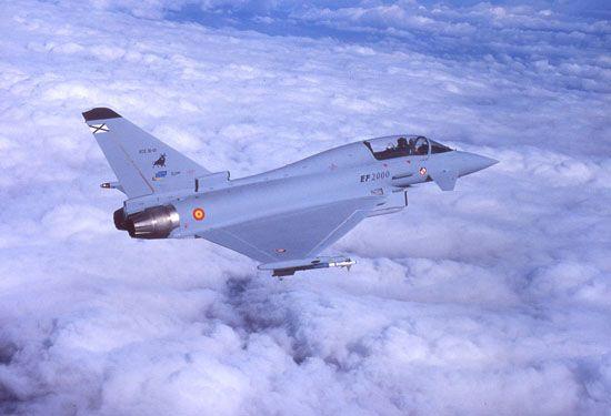 El Eurofighter Typhoon volando sobre las nubes
