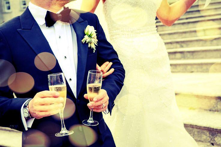 10人前後の少人数結婚式を行う人も増えています。 しかし、少人数の結婚式は寂しいのではないかと心配する声も… 少人数の結婚式を成功させるコツはどこにあるのでしょうか。 本当に呼びたい人だけを呼ぶ 少人数の結婚式を挙げた人の声の多くは、寂しさを感じなかったというものでした。 少人数結婚式の目的が、本当に大切な人だけを呼んで大切におもてなしをするというところにあるからかもしれません。 逆に言えば、さほど親しくない人をお招きしてしまうと、気を使って気まずくなったり、あまり盛り上がらなかったりする可能性があるということです。 少人数の結婚式には、本当に呼びたい人を呼ぶのポイントです。  会場が広すぎてバランスが崩れないように 100人以上が入る会場に10人だけ、となると、テーブルの数もかなり少なくなりますし、テーブルごとの距離も空いてしまいかねません。 全体的にガランとした印象になってしまい、寂しく感じてしまうこともあるでしょう。 会場のバランスを見て、招待するゲストの人数に合わせた広さの会場を手配することも大切なポイントです。 ただの食事会にならないように…