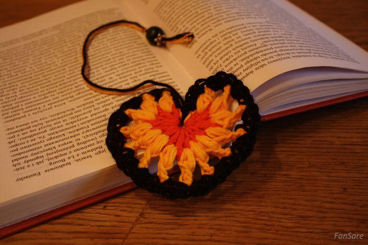Zakładka do książki w kształcie serca, zakończona drewnianym, zielonym koralem.