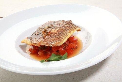 Жареный лосось под соусом сальса