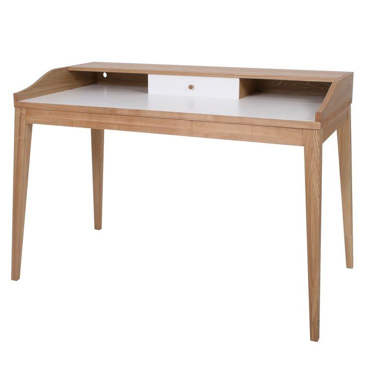 <p>Het Melville bureau van Butik is een prachtig bureau van eiken fineerhout met een wit bureaublad. Chique en stevig, dit bureau is leuk voor zowel een kinderkamer als voor een werplek op een kantoor.</p> <p>In het bureau zitten meerdere kastjes en plankjes verwerkt die met een schuifdeurtje afgesloten kunnen worden. Daarin kunt u netjes uw kantoorbenodigdheden opbergen, zodat uw werkplek opgeruimd blijft en u fijner kunt werken.</p>