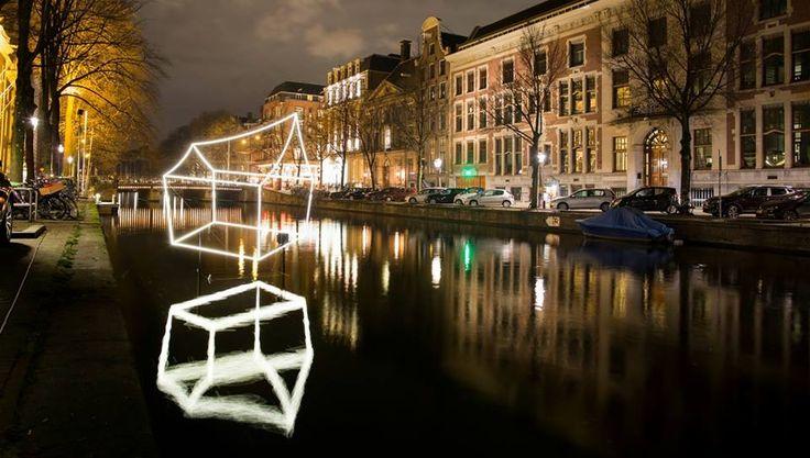 Amsterdam Light Festival Amsterdam Light Festival invita a artistas de la luz a considerar la ciudad como su territorio principal.  Un lugar lleno de anuncios publicitarios, semáforos y neón parpadeante, en el que los artistas se inspiran y desafían su propio trabajo. Estos talentos tienen la tecnología de su lado,iluminación LED y proyecciones avanzadas, para decirle al mundo lo que quieren mediante el arte y la luz.