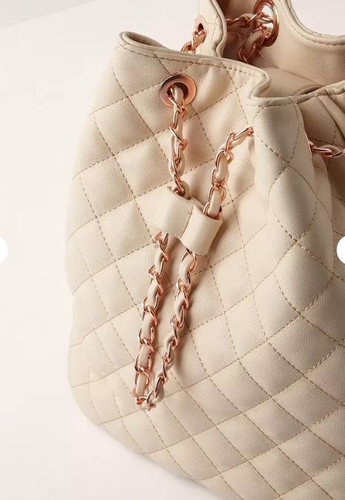 https://ayeletam.tumblr.com/post/155990874466/quilted-chain-handle-backpack-nude-missguidedus