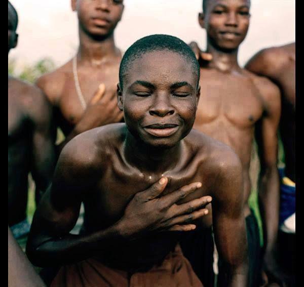 JE TE RESPECTE, JE TE CHÉRIS, TU COMPTES POUR MOI Dans la tribu Babemba de l'Afrique du sud, lorsque quelqu'un fait quelque chose de nuisible, la tribu place la personne au centre du village entour...
