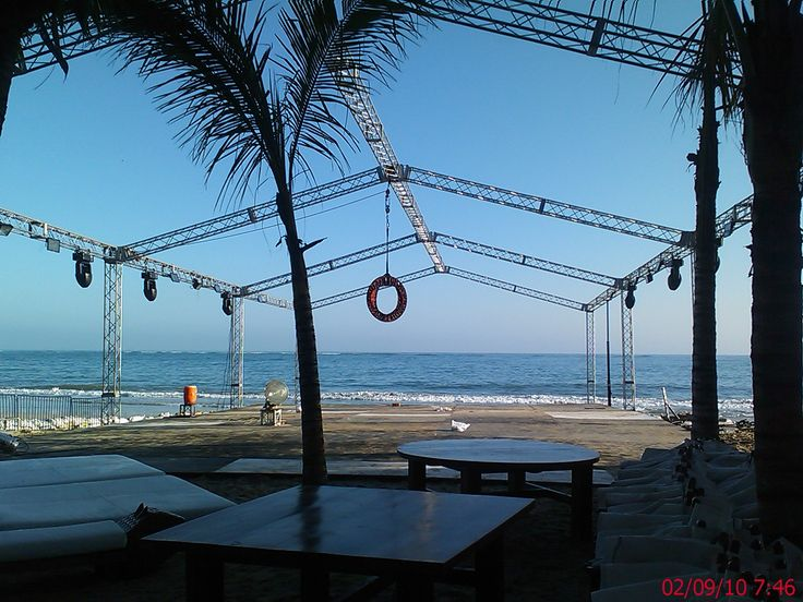 Fiesta Blanca @ Nikki Beach, Cabarete 2010. Instalación y anclaje de Aro Aéreo, donde 2 bailarinas se entrelazaban durante su acto. -> Cabarete Beach in Cabarete, Puerto Plata