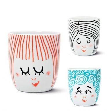 Met een lach... ...drink je koffie, thee of melk uit deze mokken. Iedere mok heeft een lieftallig gezicht. In de kleuren rood, blauw en zwart verkrijgbaar.