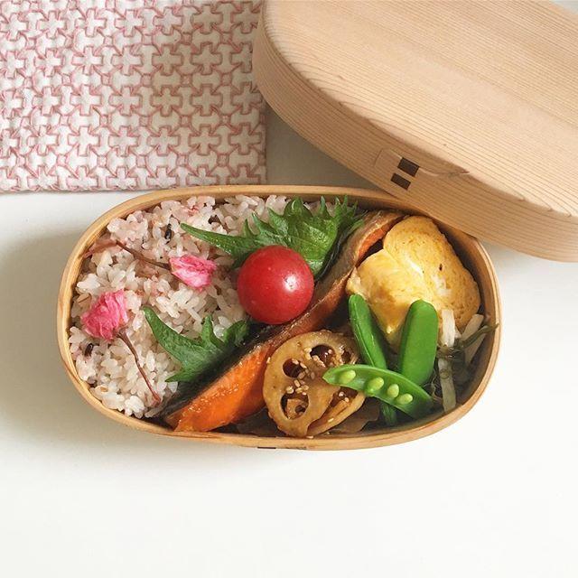 . . こんな時間ですが #今日のお弁当 . ・焼き鮭 ・たまご焼き ・レンコンとちくわのきんぴら ・めかぶと長芋の土佐酢和え ・スナップえんどう ミニトマト ・桜ごはん🌸 . 、 春みたいな弁当やったね〜と旦那さん😙 ほんとは桜おにぎり🍙🌸にしようと思ったのに間に合わなかったの〜😅 めかぶは余ってたから入れたら、やはりぐちゃぐちゃになってたらしい😂 . . #お弁当#手作り弁当#お昼ごはん#ランチ #obento #lunchbox #miho弁🐶 #曲げわっぱ#曲げわっぱ弁当 #柴田慶信商店  #わっぱ弁当#お弁当記録 #日常#日々#暮らし#日々のこと #おうちごはん#丁寧な暮らし#暮らしを楽しむ #おべんたぐらむ #刺し子#miho刺し子✂️ #クッキングラム #cookingram  #delistagrammer #LIN_stagrammer