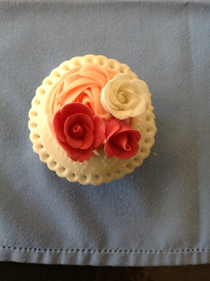 Three little roses Vintage cupcake