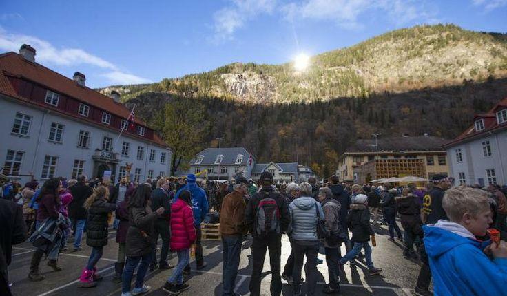 """Norvegia, 3 specchi giganti per illuminare la """"città buia"""": torna il sole e il paese esulta!"""