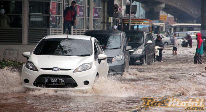 Tips Pertolongan Pertama Bila Mobil Terendam Banjir #RubrikOtomotif