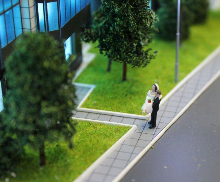 """Сцена из жизни для макета жилого комплекса """"Десяткино"""". При создании макетов специалисты нашей макетной мастерской всегда уделяют внимание маленьким деталям: на макете должны быть детские площадки, сцены из жизни людей, автомобили, ограждения. все это придает макету наибольшую реалистичность и привлекательность#моделирование, #моделизм #макет здания #макет дома #макетирование #architecture #modeling #Modelism #building layout #house layout #breadboarding #scalemodels #workshop #diorama…"""