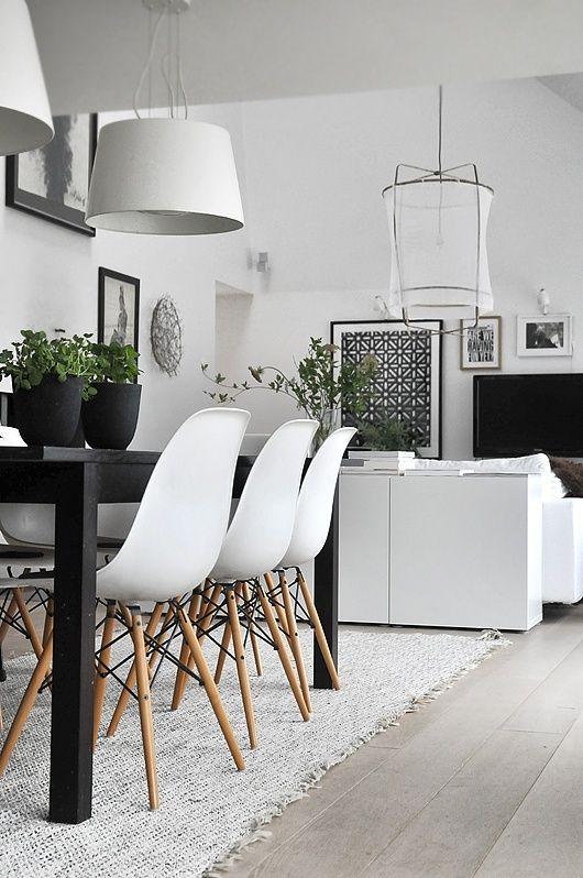Zwarte tafel in combinatie met eames stoelen