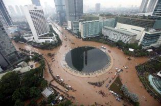 A general view showing flood water at Hotel Indonesia traffic circle in Central Jakarta on Thursday. Traffic ground to a standstill in many parts of Jakarta and thousands were displaced as floods triggered by days of heavy rain inundated much of the Indonesian capital. Authorities were seeking to evacuate nearly 100,000 people whose homes had been submerged.