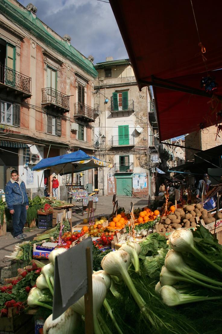 MERCATO LA VUCCIRIA - Palermo Sicilia  Uno dei più caratteristici e storici mercati del capoluogo siculo che si snoda per le vie principali della città. Offerte voli per Palermo: http://www.volagratis.com/offerte/voli/palermo?utm_source=facebook_medium=post_vacanze_campaign=00_PAL_source=FBIT_content=offerta_PAL