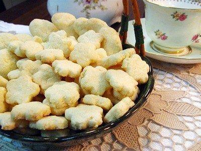 Aqui é assim: seguidor pede #receita a gente vai atrás! A querida @diariodeumamamifera queria um biscoito #semlactose e com farinha de arroz #semgluten . Ai está 90g de açúcar demerara 60g de farinha de arroz 80g de polvilho doce 100g de amido de milho 60g de côco ralado em pacote (de preferência para o que vem úmido) 160g de creme vegetal (margarina sem leite) 15g de fermento em pó 20 gotas de baunilha Preparo Juntar todos os ingredientes numa tigela. Misturar um pouco com uma colher e…