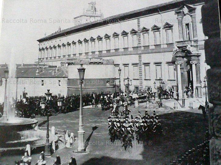 Re Umberto I esce dal Quirinale scortato dai Corazzieri Anno: Fine'800
