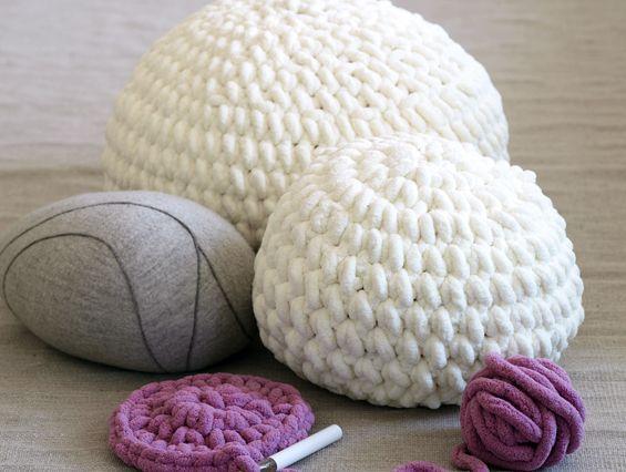 kleiner pouf anleitung zum h keln h keln stricken kissen und stuhlbez ge pinterest poufs. Black Bedroom Furniture Sets. Home Design Ideas