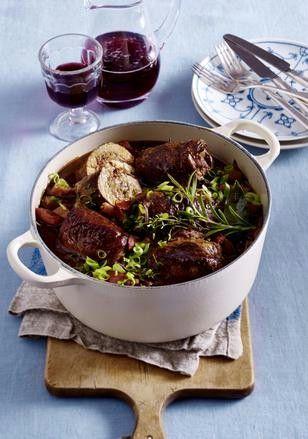 Rotwein-Rouladen mit Bacon und Lauchzwiebeln