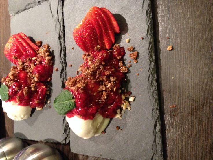 Jordbærdessert fra nytår 2014 med lakrids crumpel og glaseret rugbrød. Fantastisk dessert!