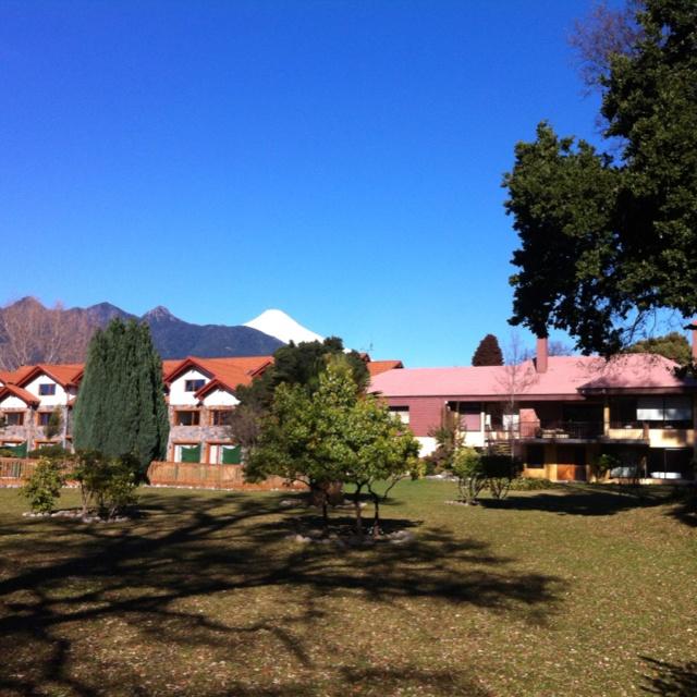 Vista de volcán Villarrica desde jardines del hotel Pucón Green Park...  www.pucongreenpark.cl