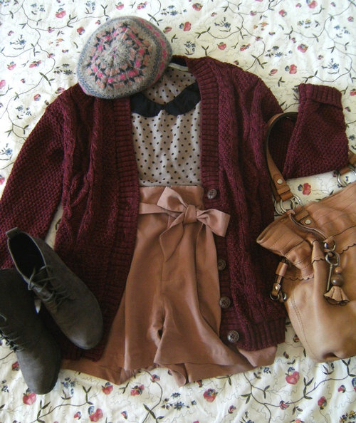 Beret: Accessorize, Shirt: Promod, Shorts: H+M, Cardigan: eBay, Shoes: C, Bag: Fossil.