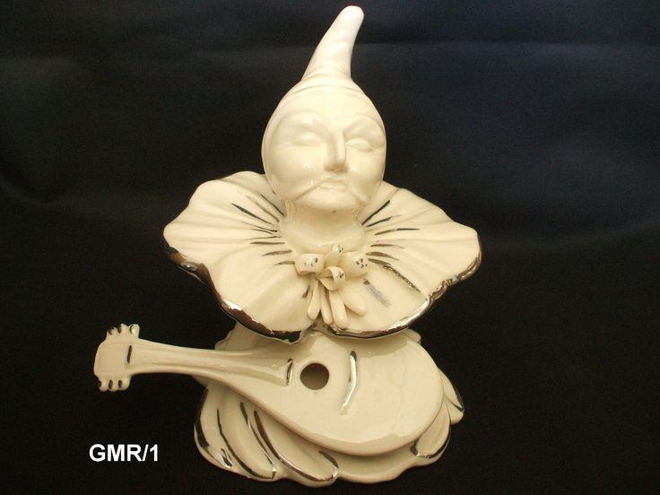 Busto di Pulcinella con mandolino in porcellana bianca lucida, modellato e dipinto a mano dai maestri ceramisti partenopei.