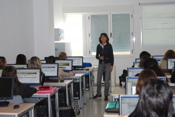 Lourdes Expósito Alburquerque, bibliotecaria de la Facultad de Enfermería y terapia Ocupacional. También coordina la biblioteca de la Facutad de Veterinaria. En la imagen la vemos impartiendo un curso de formación a sus usuarios. #bibliotecarios #UEx