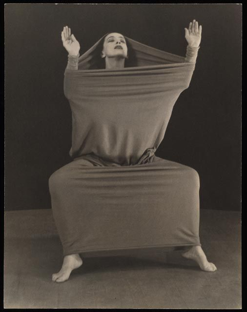 Martha Graham in Lamentation, ballet choreographed by herself in 1930.