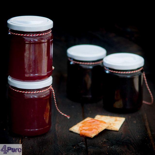 Rode bessen jam met port - De zure rode bessen in combinatie met de rode port, geeft een intense rode kleur en een heerlijke smaak aan de jam. Een makkelijk recept.
