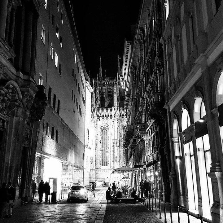 Chi sa il nome della chiesa che si vede sulla sinistra nella foto in bianco e nero di Il Lupo Bosley ? #milanodavedere Milano da Vedere