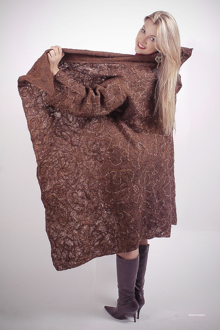 Casaco marrom 1. Tecido artesanal com fundo de lã de carneiro penteada, tramado em linha de seda e na trama, foram inseridos fios de lãs e linhas.