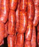 La combinación de carne de cerdo con una parte de grasa y un correcto secado hacen del chorizo casero artesanal un producto sabroso y natural de alto valor biológico gracias a sus proteínas y a no llevar conservantes ni colorantes. http://www.alotroladodelcristal.com/2015/01/como-hacer-chorizo-casero-artesanal.html