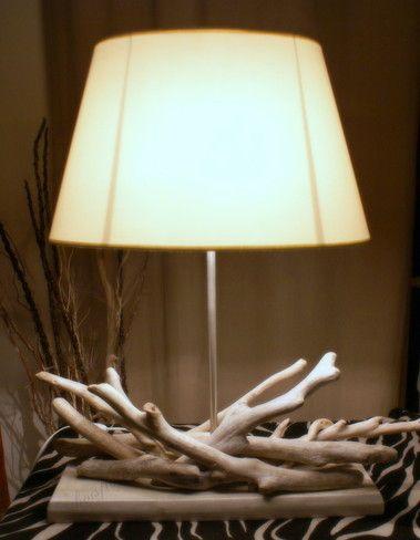 eaucoup d'allure pour cette lampe sobre et épurée, le socle est très épais (3 cm) il a été découpé, peint et ciré.