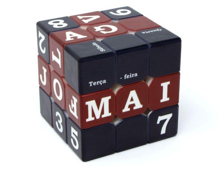 body { line-height: 20.8px; text-align:justify; } Que tal um cubo que teoricamente não possui apenas uma única solução, e sim pelo menos 365 delas? Com o Fellow Cube Calendário é possível realizar a combinação de qualquer data do ano, incluindo o dia, mês e dia da semana. Um calendário tridimensional perfeito para uma mesa de escritório, um consultório ou mesmo como um item de decoração de sua sala de estar :) Fellow Cube é a primeira linha de Cubo Mágico profissional 100% fabricada no…