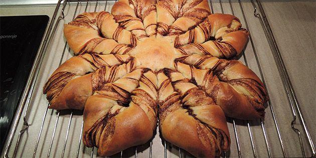 En kanelstjerne er en utrolig lækker kage, der minder om kanelsnegle. I opskriften kan du læse, hvordan du former stjernen, og du kan også se det på billederne.