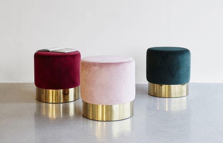 Dekorativ pall/puff i velour och metall. Tillverkas i Europa.