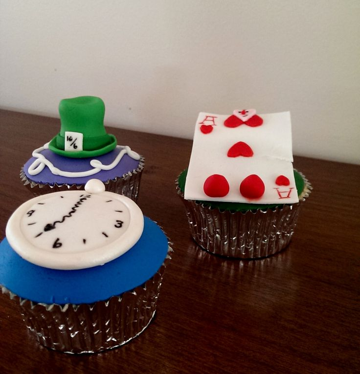 Alice In Wonderland themed Cupcakes by deliciousart
