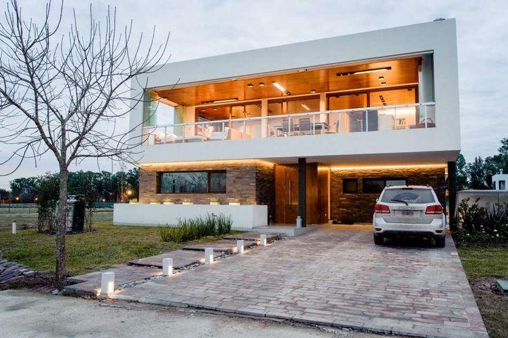 City Bell. Implantada en un dilatado terreno, esta casa, obra del Estudio Gastón Alayes, revela líneas simples pero amables que cobijan espacios amplios, cálidos y estrechamente vinculados con el exterior. Un estilo que supo imprimirse en cada rincón.