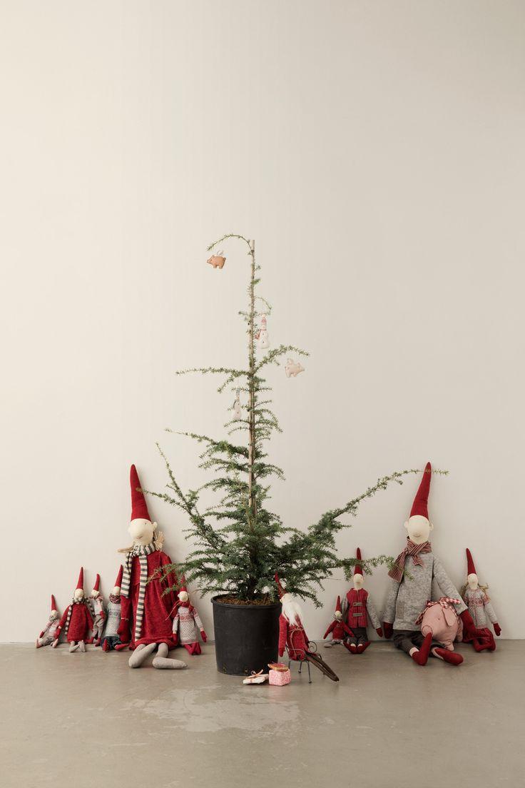 Pixies sitting around the christmas tree