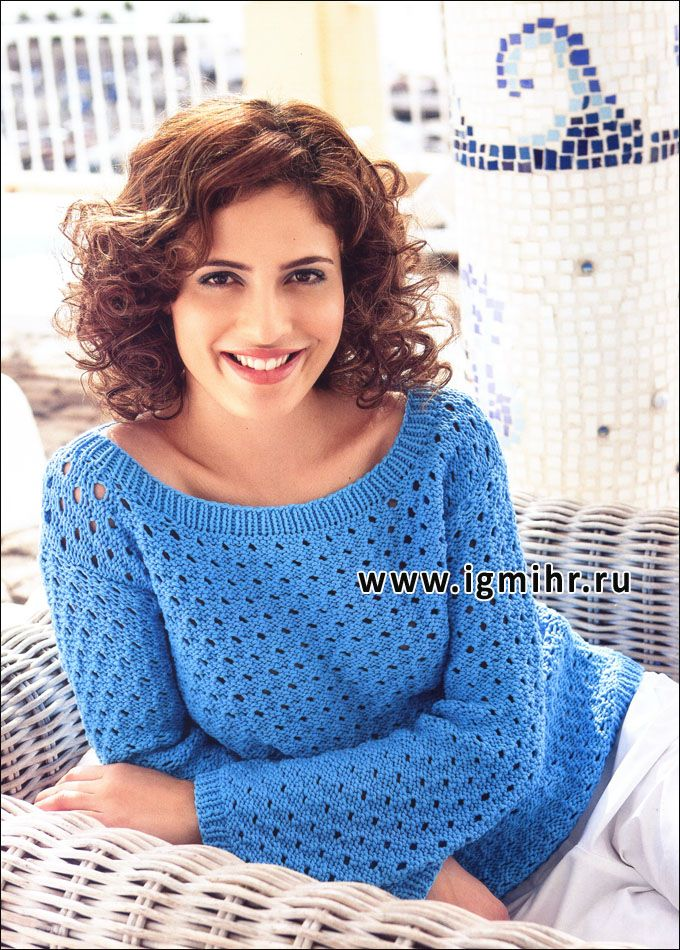 Голубой ажурный пуловер с вырезом лодочкой. Спицы