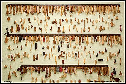 Canindé - CE Na Casa dos Milagres, os romeiros depositam ex-votos (arte-sacra rústica), fotografias, pinturas, roupas, mechas de cabelo e outros objetos, a fim de registrar graças alcançadas...