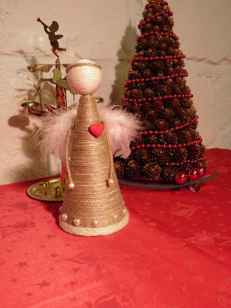 Anděl+Srdce+20cm+Základ+tvoří+polystyrenový+kužel,+jutový+provázek+a+křidélka+z+peří,+ozdobený+červeným+srdíčkem+a+jemnými+perlovými+srdíčky.
